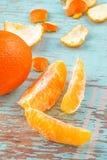 Vers Zoete Sinaasappelfruit en Schil op Rustieke Houten Achtergrond stock afbeelding