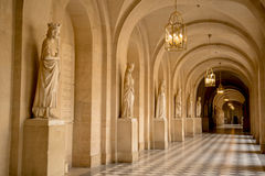 Versailles-Außenhalle mit Statuen Stockbilder