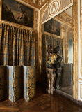 Versailles, France - 10 août 2014 : Pièce en bois avec l'ornement d'or et le grand miroir au palais de Versailles Photos stock