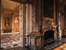Versailles, France - 10 août 2014 : Pièce avec le plancher en bois et cheminée au palais de Versailles Photographie stock