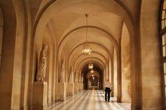 Versailles, Francia - 27,2017 augusti: L'uomo anziano sta visitando il corridoio della cattedrale immagini stock