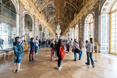 VERSAILLES FRANCJA, Maj, - 07, 2016: Wiele turystyczny odwiedza Hall o Zdjęcia Stock