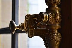 Versailles, Francja, Styczeń/- 05 2012: Piękna rękojeść otwiera nadokienną ramę obrazy stock