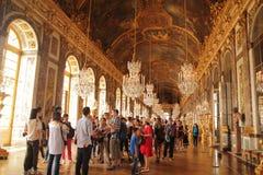 Versailles Frankrike - Augusti 27, 2017: Besökare är besöka och upptäcka Hallen av speglar - det centrala gallerit av slotten av royaltyfri foto