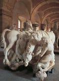 Versailles Frankrike - 10 Augusti 2014: Korridor med hästmarmorstatyer på den Versailles slotten Royaltyfria Foton