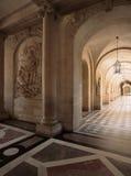 Versailles Frankrike - 10 Augusti 2014: Korridor med marmorstatyer på den Versailles slotten Royaltyfri Bild
