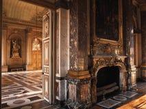 Versailles Frankrike - 10 Augusti 2014: Rum med det wood golvet och spis på den Versailles slotten Arkivbild