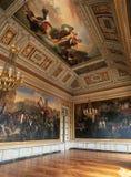 Versailles Frankrike - 10 Augusti 2014: Stort rum med målningar på väggen och tak på den Versailles slotten Royaltyfri Foto