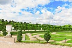 VERSAILLES FRANKRIKE - JULI 02, 2016: Härlig trädgård i en Famou Fotografering för Bildbyråer