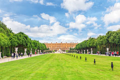 VERSAILLES FRANKRIKE - JULI 02, 2016: Härlig trädgård i ett berömt Royaltyfria Foton