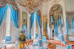 VERSAILLES FRANKRIKE - JULI 02, 2016: Lägenheter i den storslagna Trianon Glaces för salongisLoungesalon des chateau de versaille Royaltyfria Bilder