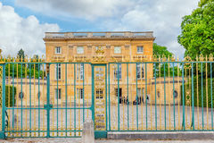 VERSAILLES FRANKRIKE - JULI 02, 2016: Petit Trianon-härlig vän Royaltyfri Foto