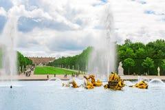 VERSAILLES FRANKRIKE - JULI 02, 2016: Springbrunn av Apollo i en friare Royaltyfri Foto