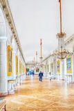 VERSAILLES FRANKRIKE - JULI 02, 2016: Vitt galleri med målning i den storslagna Trianon chateau de versailles Arkivbild