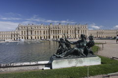 Versailles Palace gardens vith sculptures, pond and fountains Stock Images
