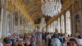 Versailles, PARIJS, FRANKRIJK Augustus 2018: heel wat toeristen in de belangrijkste zaal van het koninklijke paleis De bezoekers  stock videobeelden