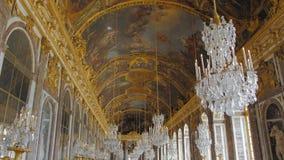 Versailles, Parijs, Frankrijk - Augustus 2018: Luxueuze fresko's op het plafond en het binnenland heel wat toeristen in de leidin stock video