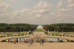 Versailles Paris, Frankrike - Augusti 26,2017: Härlig stor sikt av slotten i en sommardag royaltyfri fotografi