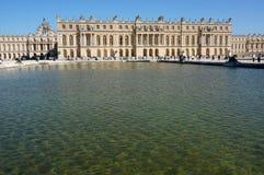 Versailles slott och reflekterande pöl fotografering för bildbyråer