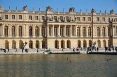 Versailles slott, turister och reflekterande pöl royaltyfri fotografi