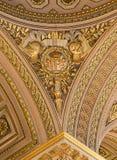 Versalhes, França - 10 de agosto de 2014: Teto ornamentado do ouro no palácio de Versalhes Fotografia de Stock Royalty Free