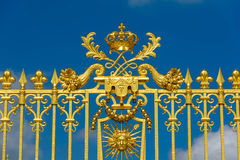 Versalles, Francia - 19 de mayo de 2016: Entrada de la puerta de oro de Versa Imagen de archivo libre de regalías