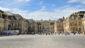 Versalles, París, Francia - agosto de 2018: muchos turistas multirraciales en el cuadrado delante del palacio real E almacen de video