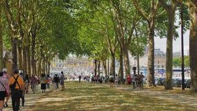 Versalles, PARÍS, FRANCIA agosto de 2018: Parque ancho del bulevar cerca del palacio-museo Una muchedumbre de turistas multirraci metrajes