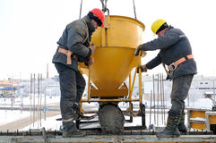 Versamento degli operai di costruzione Fotografie Stock
