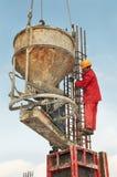 Versamento degli operai di costruzione Immagine Stock