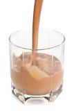 Versamento del latte al cioccolato fotografia stock libera da diritti