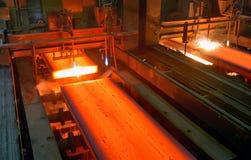 Versamento del metallo liquido Immagini Stock Libere da Diritti