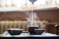 Versamento del tè di Puer dalla teiera a cerimonia di tè del cinese tradizionale Insieme di attrezzatura per tè bevente Immagini Stock Libere da Diritti
