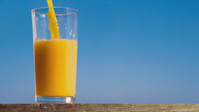 Versamento del vetro di succo d'arancia che crea spruzzata stock footage