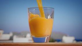 Versamento del vetro di succo d'arancia che crea spruzzata archivi video