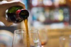 Versamento del vino al vetro Fotografia Stock Libera da Diritti