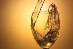 Versamento del vino bianco Fotografie Stock
