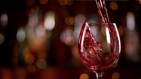 Versamento del vino rosso stock footage