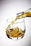 Versamento del whiskey Fotografie Stock