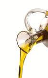 Versamento dell'olio d'oliva Immagini Stock