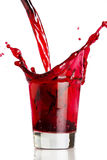 Versamento della bevanda rossa