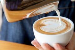 Versamento della tazza di arte del latte Fotografia Stock Libera da Diritti