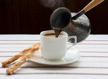 Versamento della tazza di caffè Fotografie Stock