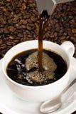Versamento della tazza di caffè Immagine Stock