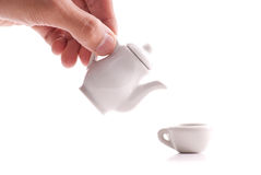 Versamento della tazza di tè immagini stock libere da diritti