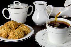 Versamento della tazza di tè Fotografie Stock Libere da Diritti