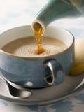 Versamento della tazza di tè Immagini Stock