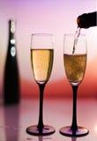 Versamento delle due tazze del pane tostato di Champagne fotografia stock