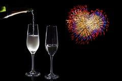 Versamento di Champagne & cuore del fuoco d'artificio Fotografie Stock Libere da Diritti