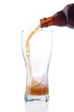 Versamento fuori della birra scura Fotografie Stock